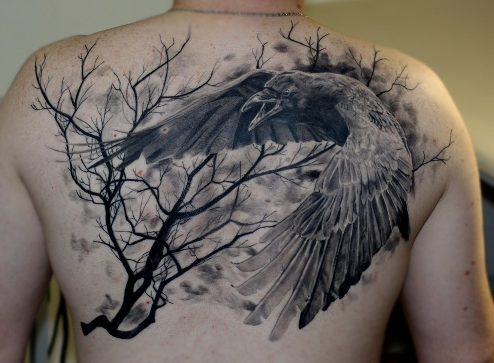 Тату ворона на спине