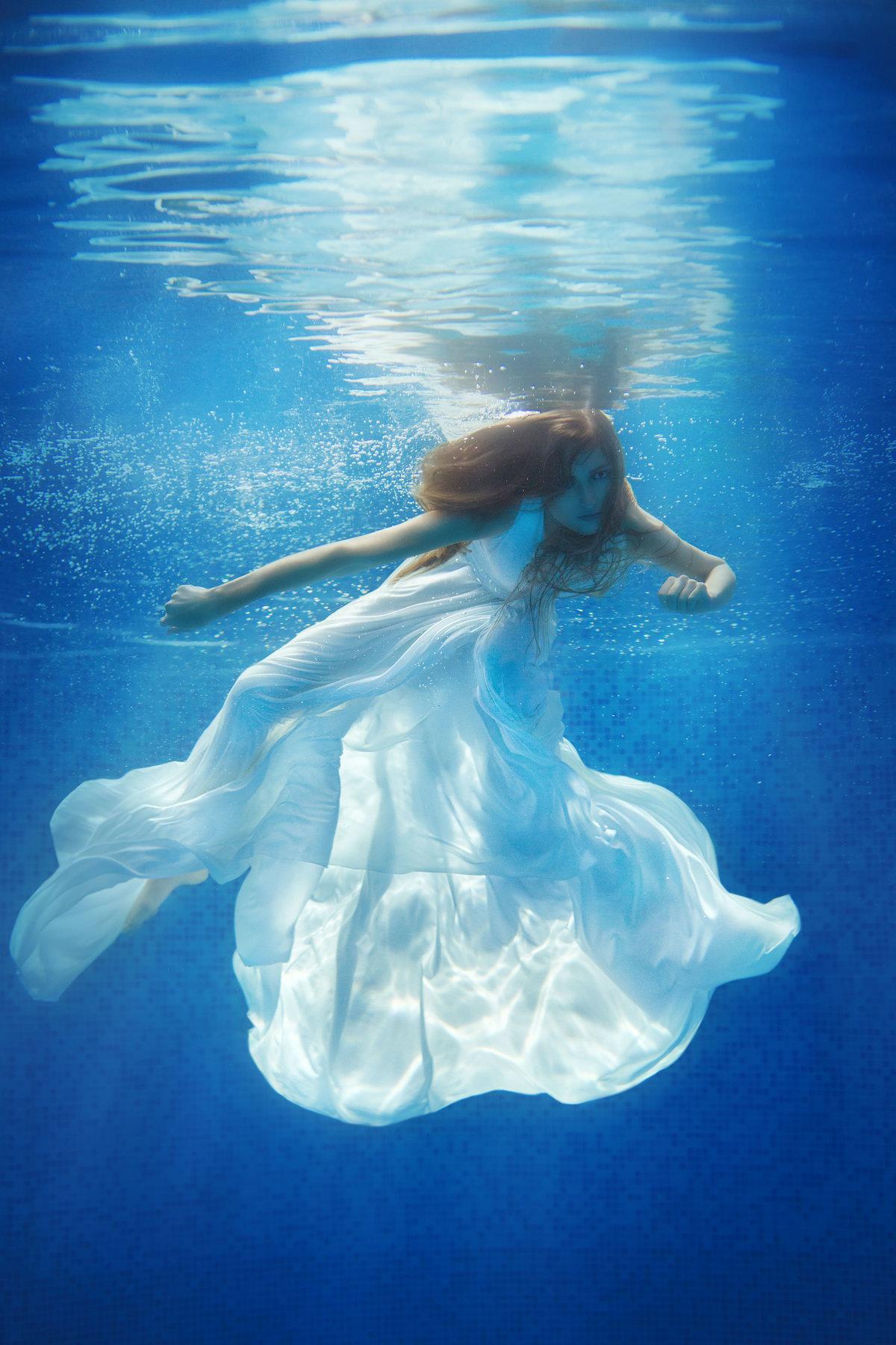 Девушка в платье под водой фото