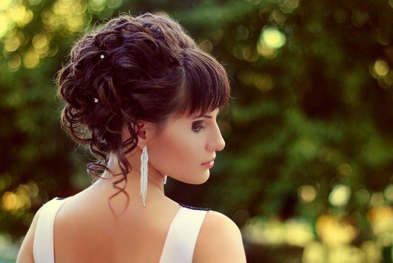 Фото причесок вечерних на средние волосы с челкой