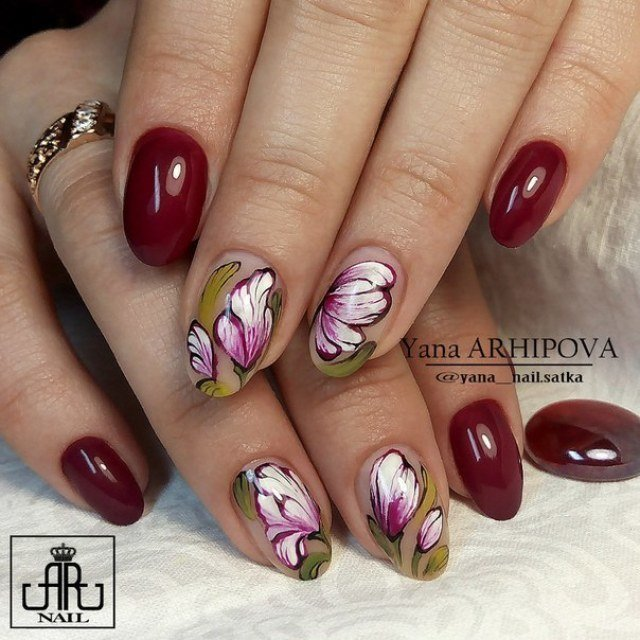 Маникюр бордовый с цветами