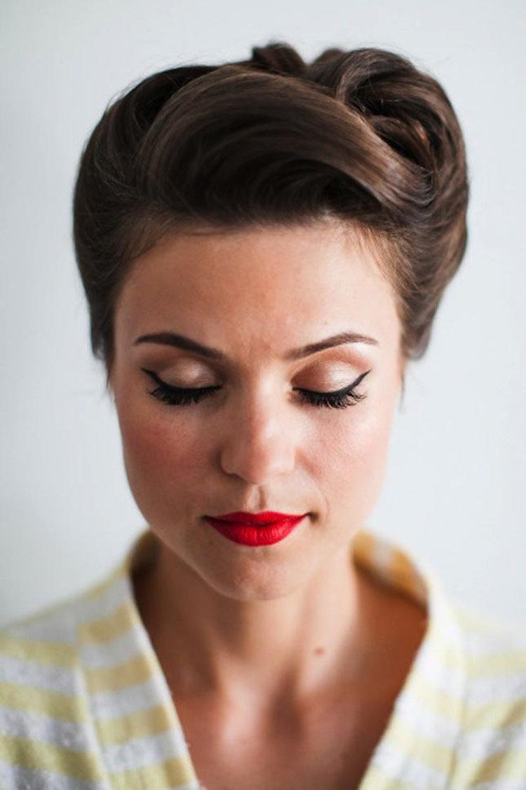 Прическа на длинные волосы в стиле 50-х годов