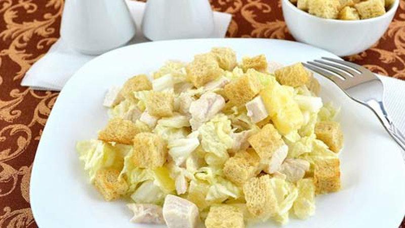 Салаты с ананасом и гренками