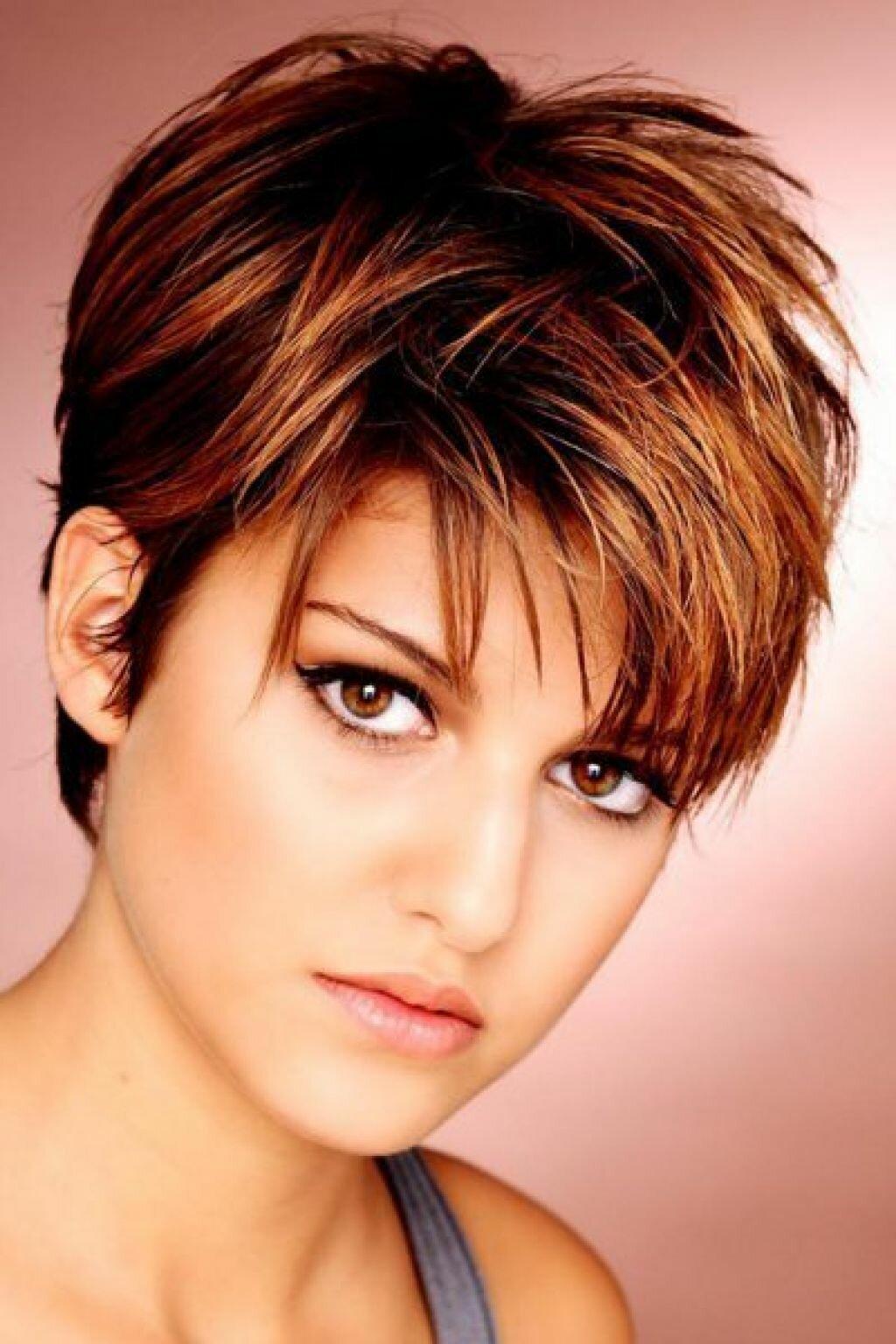 Красивые прически для круглого лица на короткие волосы фото
