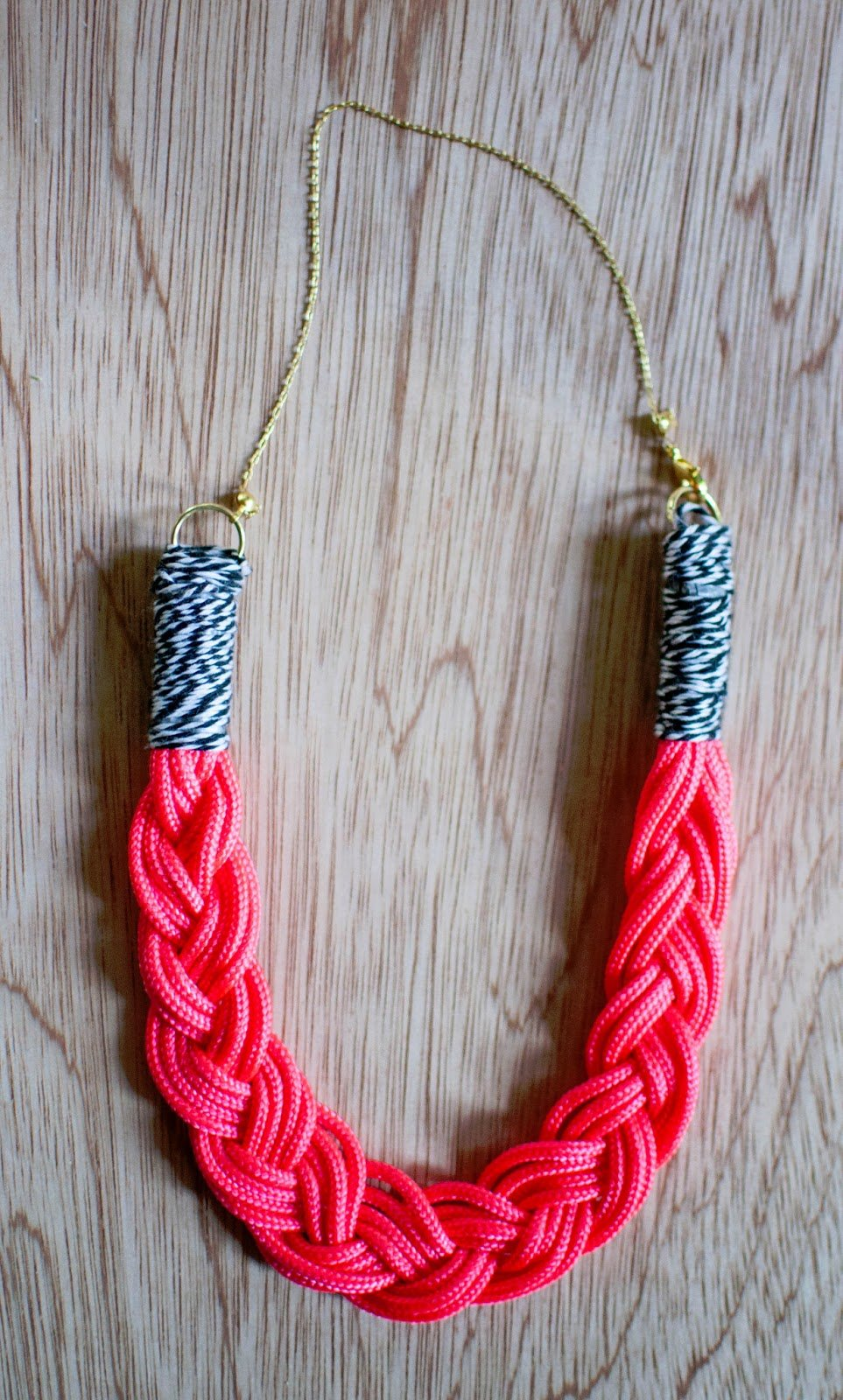 Плетеное из шнура украшение своими руками