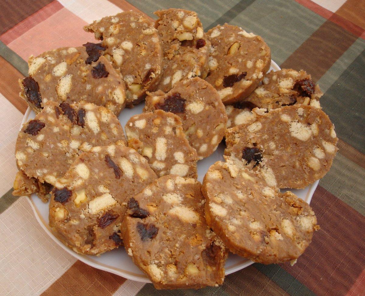Сладкая колбаска из печенья и орехов рецепт