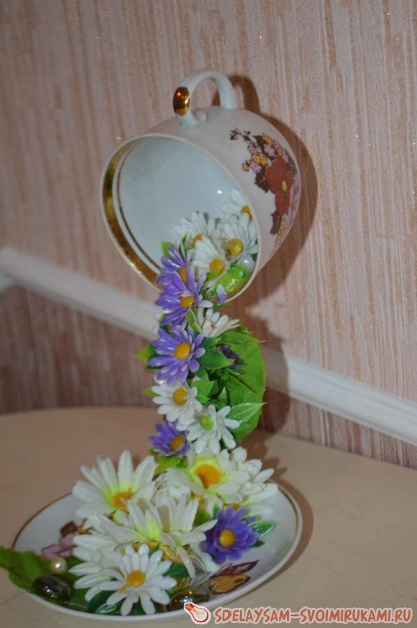 Поделка из чашки выливаются цветы