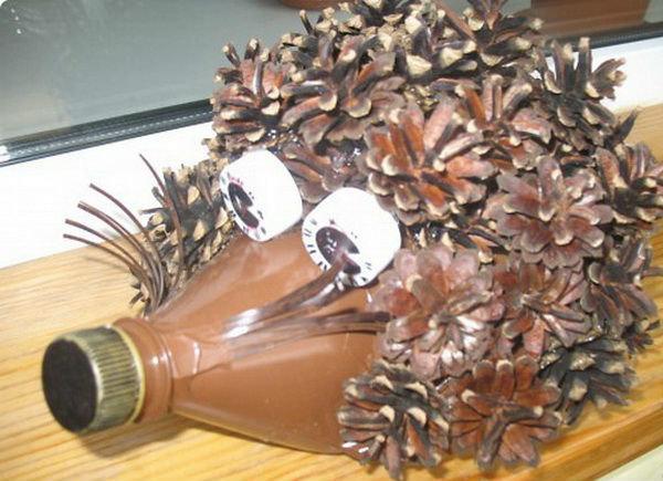 Ежик из шишек и пластиковой бутылки поделка