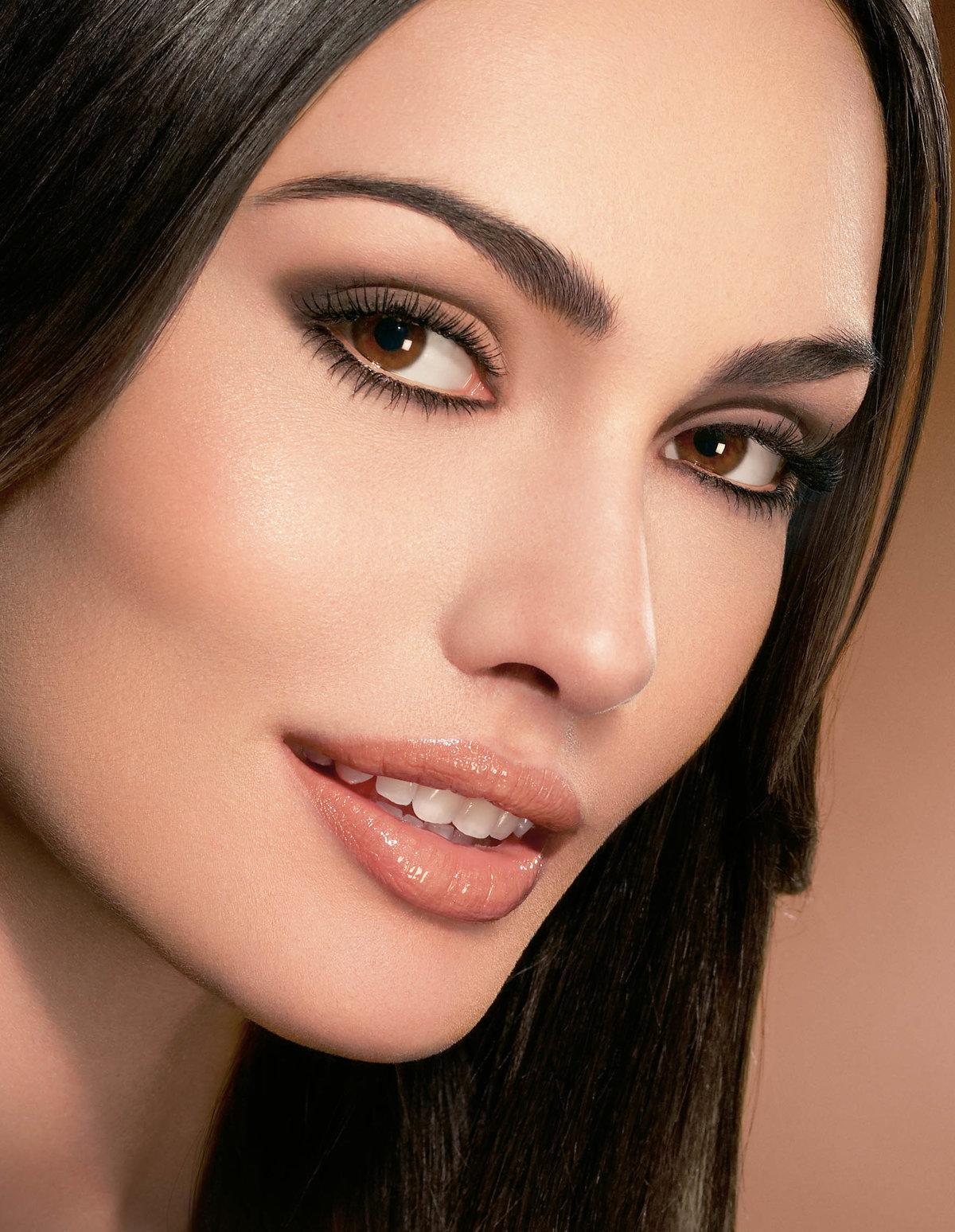 Легкий макияж для брюнетки с карими глазами