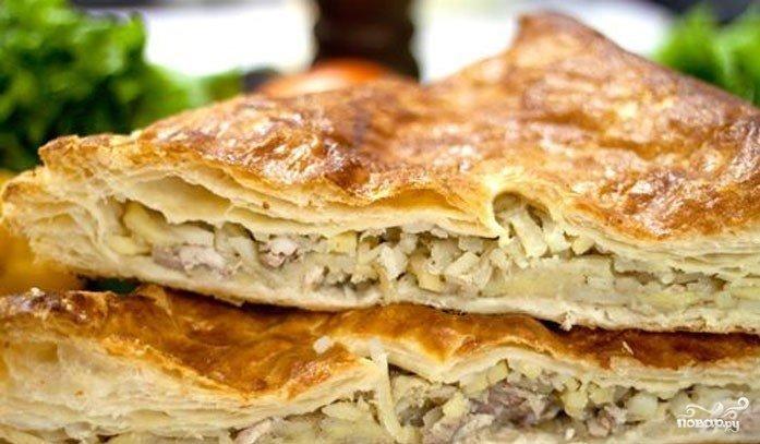 Пирог из слоеного теста с мясом и грибами