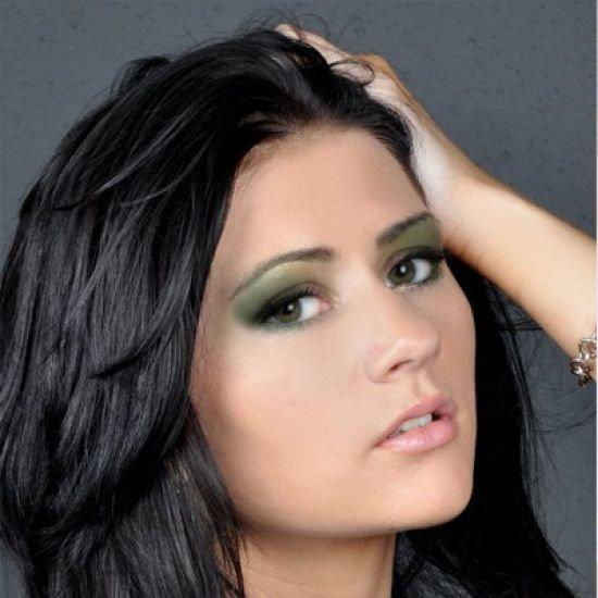 Летний макияж для брюнетки с зелеными глазами