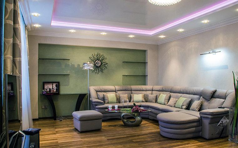 Угловой диван в интерьере гостиной 16 кв.м фото