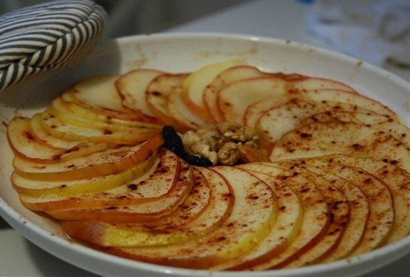 Как запечь яблоки с корицей