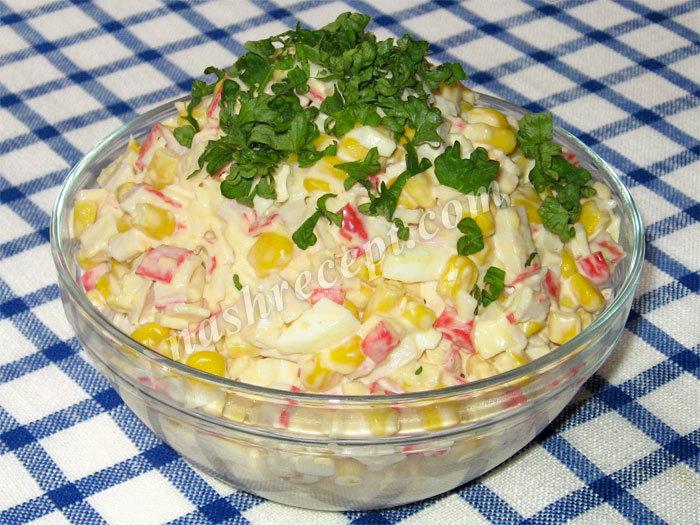 Салат с крабовых палочек и кукурузы и сухариков