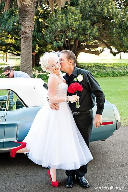 Короткое свадебное платье и красные туфли