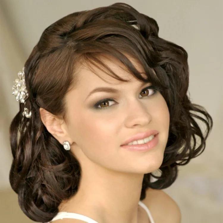 Прически на средней длине волос с челкой