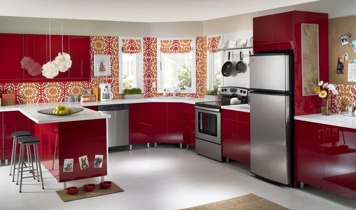 Обои с красными цветами в кухне фото