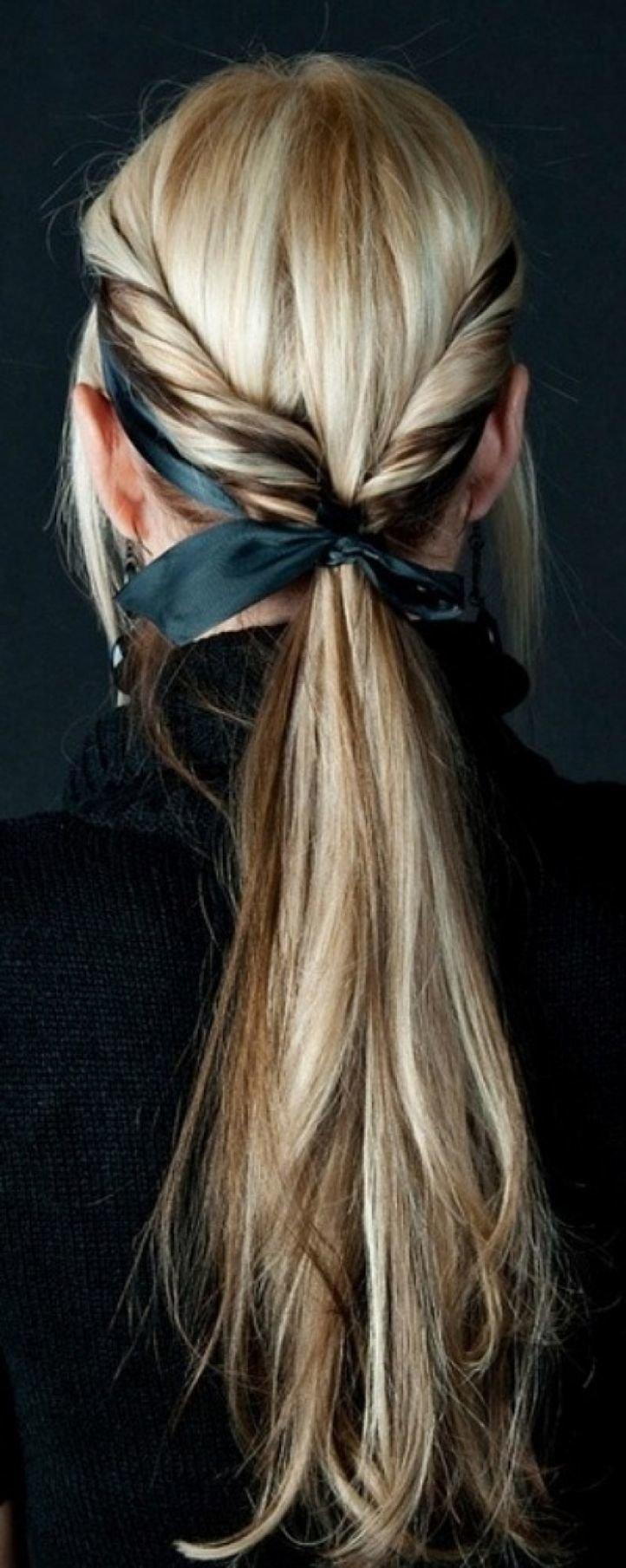 На волосах с ленточкой прическа