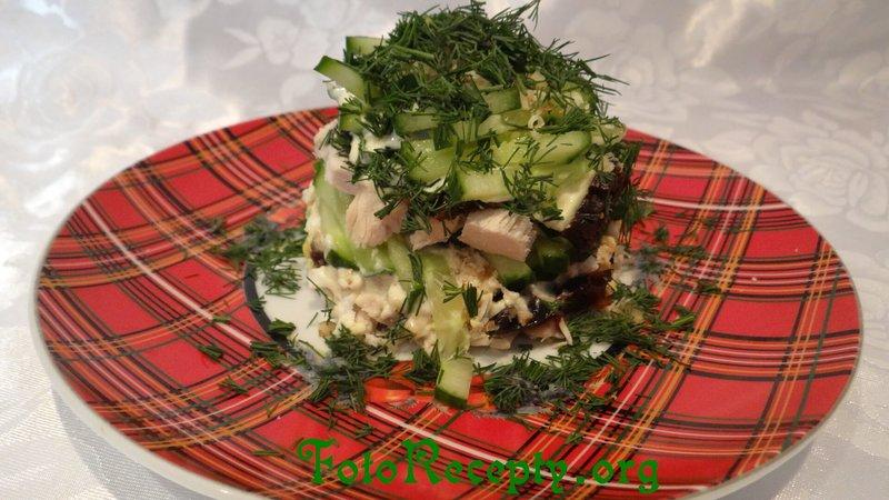 Салат слоеный из курицы с черносливом и грецкими орехами и курицей и сыром