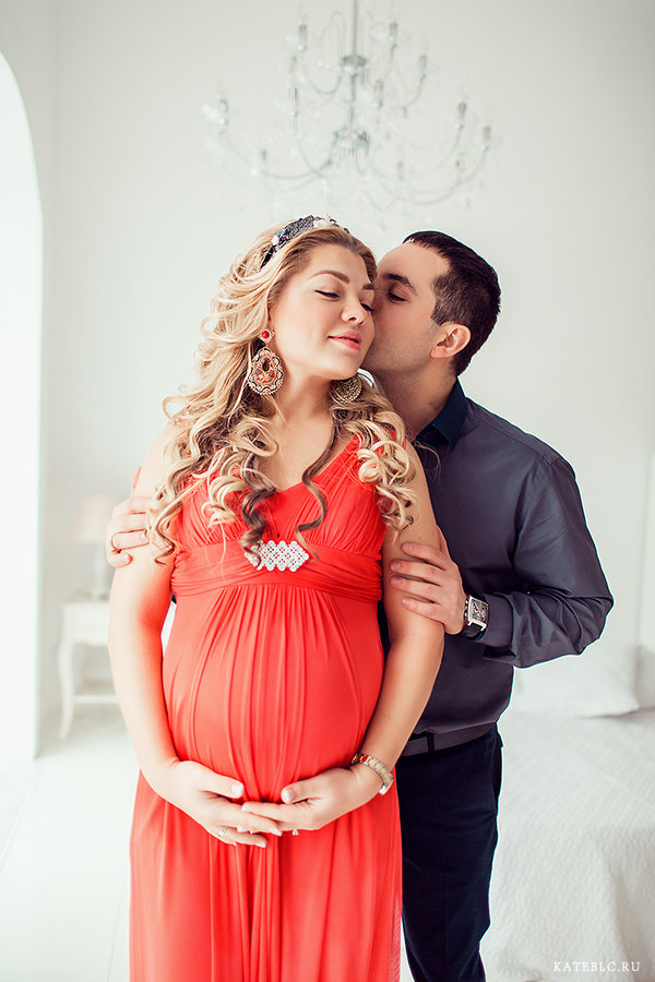 Беременные в студии с мужем