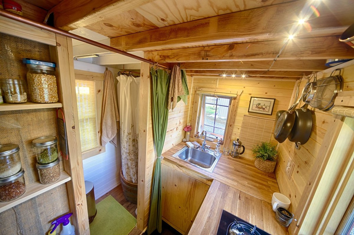 Дачный домик внутри своими руками 40