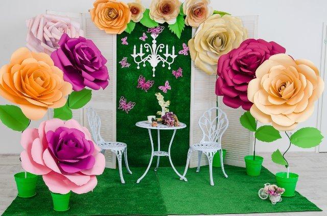 Объемные большие цветы из бумаги для украшения зала