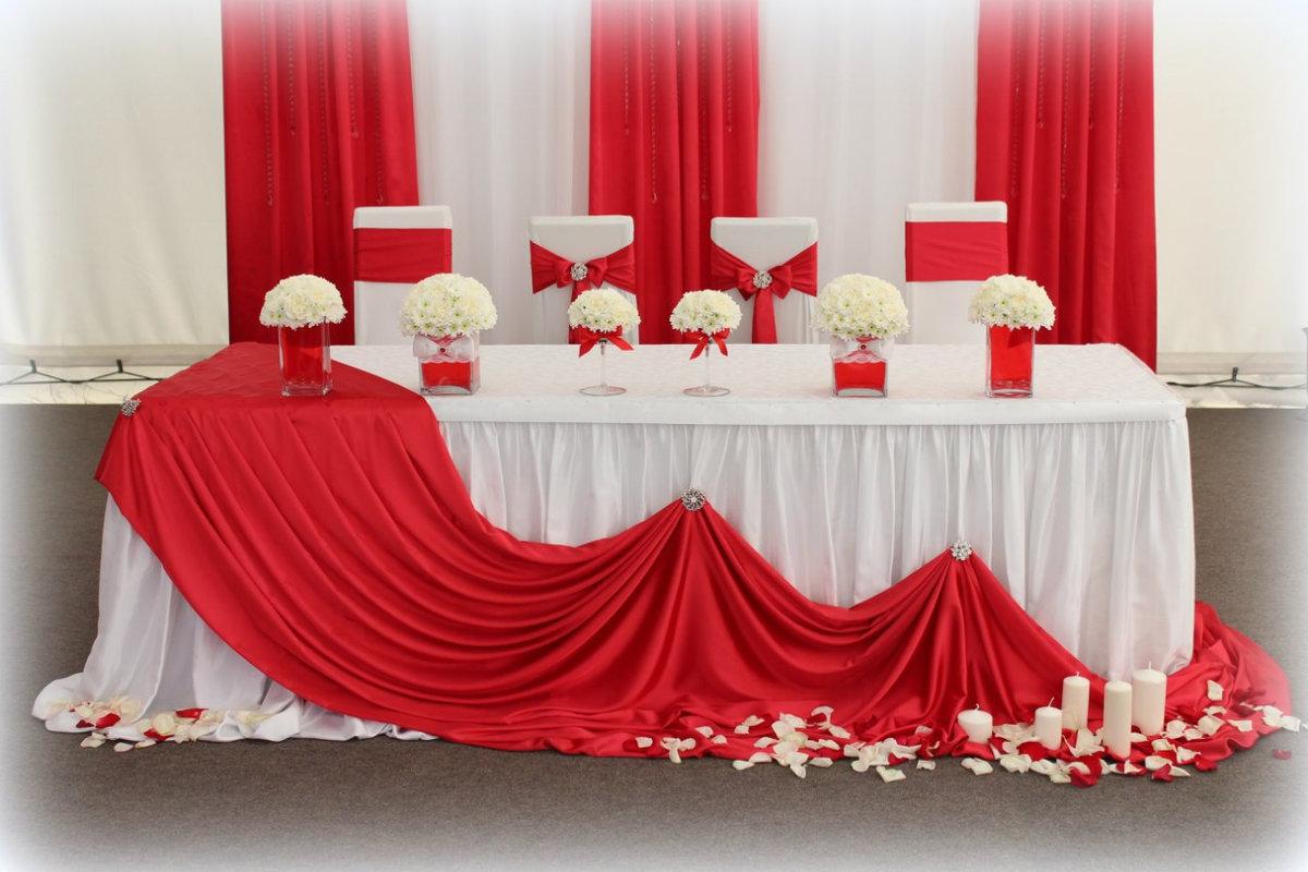 Украшение стола молодожёнов на свадьбу