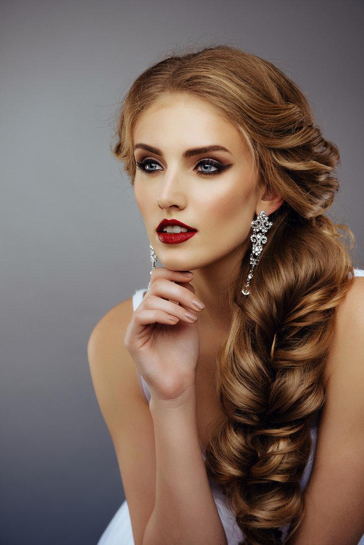 Объемные прически на бок на длинные волосы