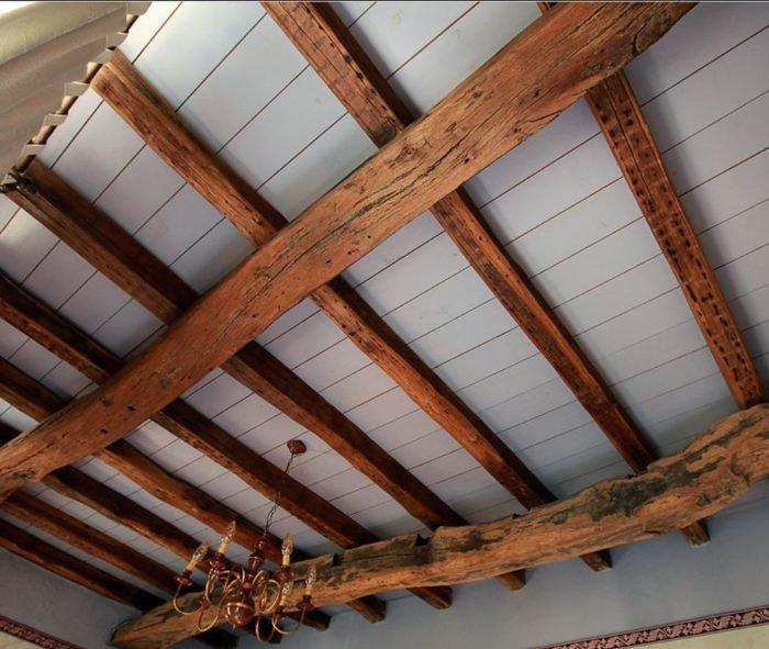 Как сделать потолки в деревенском доме