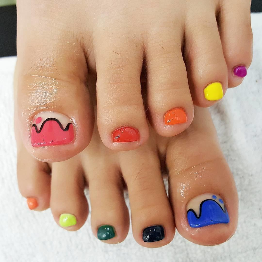 Ногти на ногах разными цветами фото