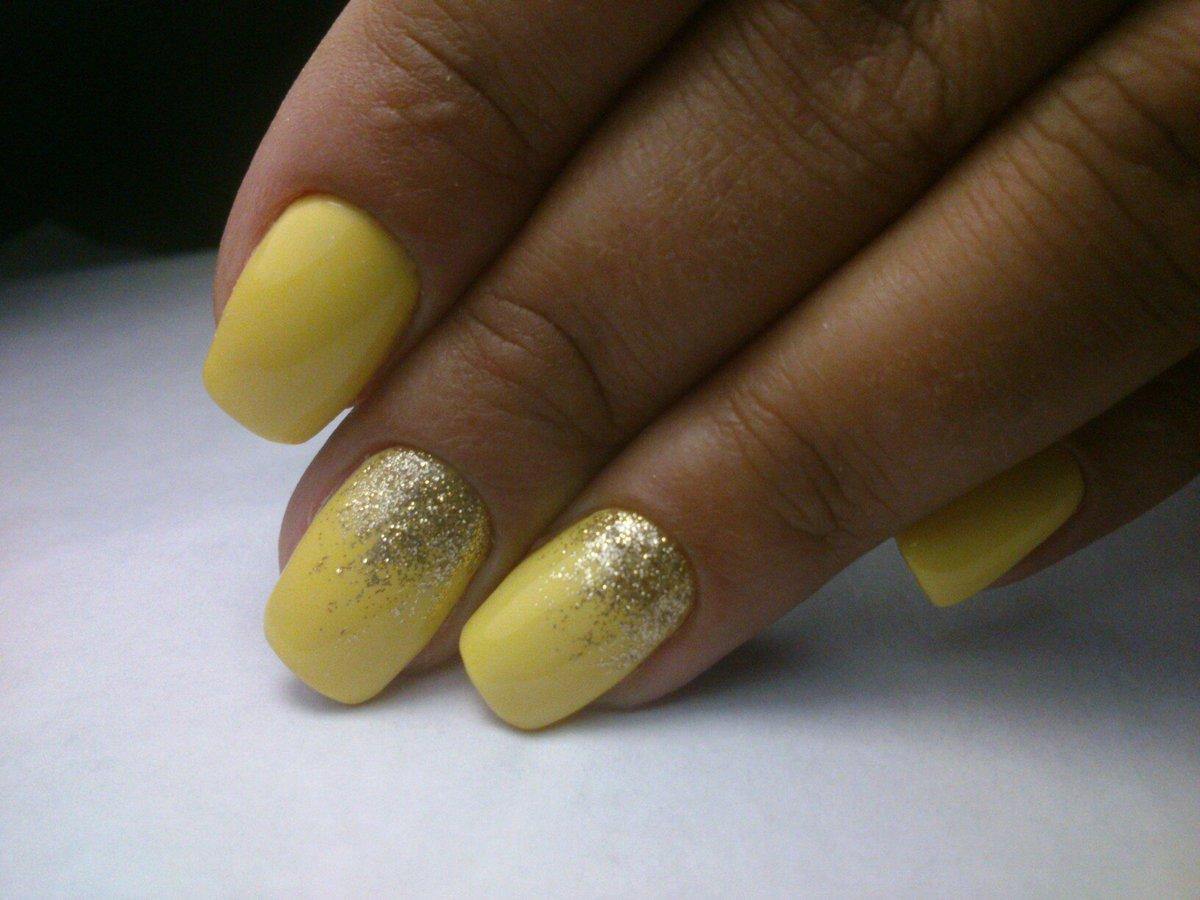 Фото желтого маникюра с золотым