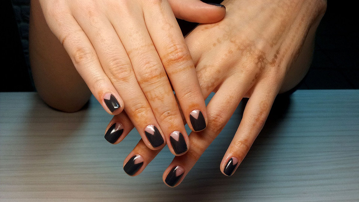 Цветы на ногтях со стразами фото новинки