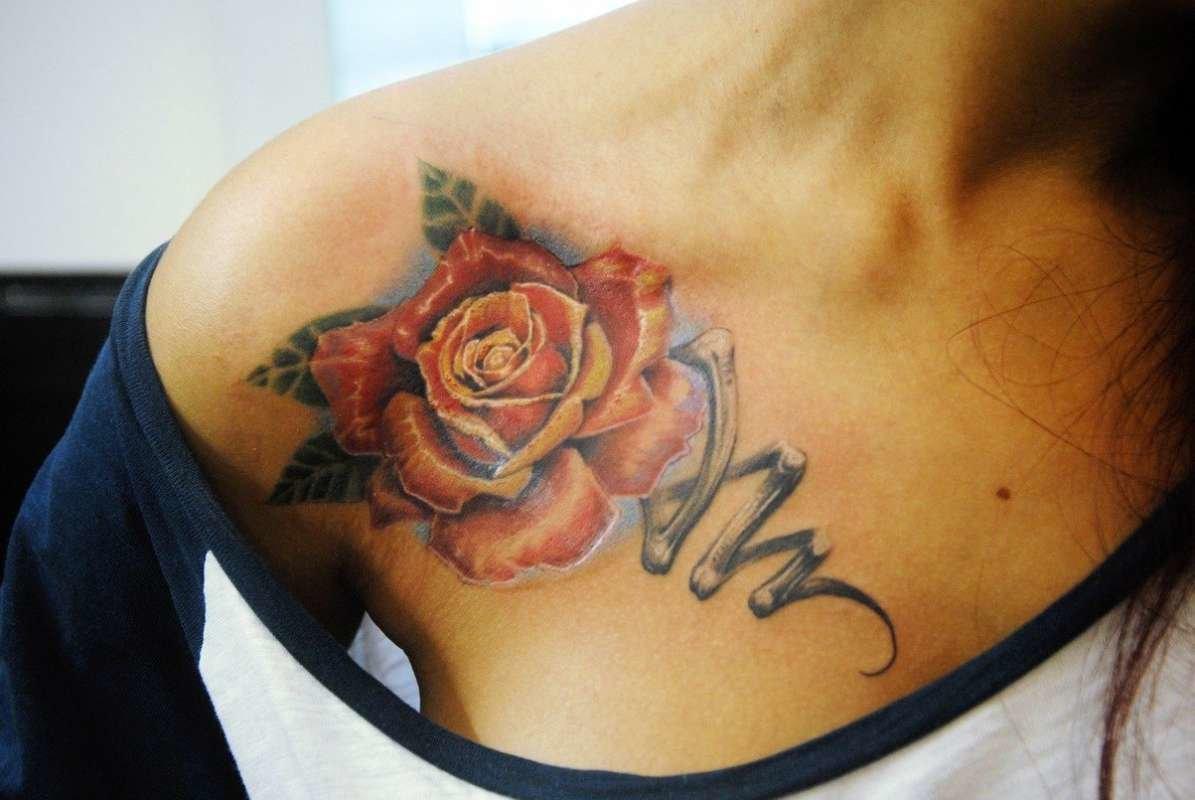 Что означает тату роза у девушке на плече