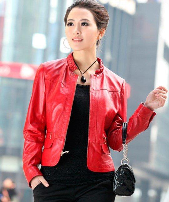 Красная модная кожаная куртка