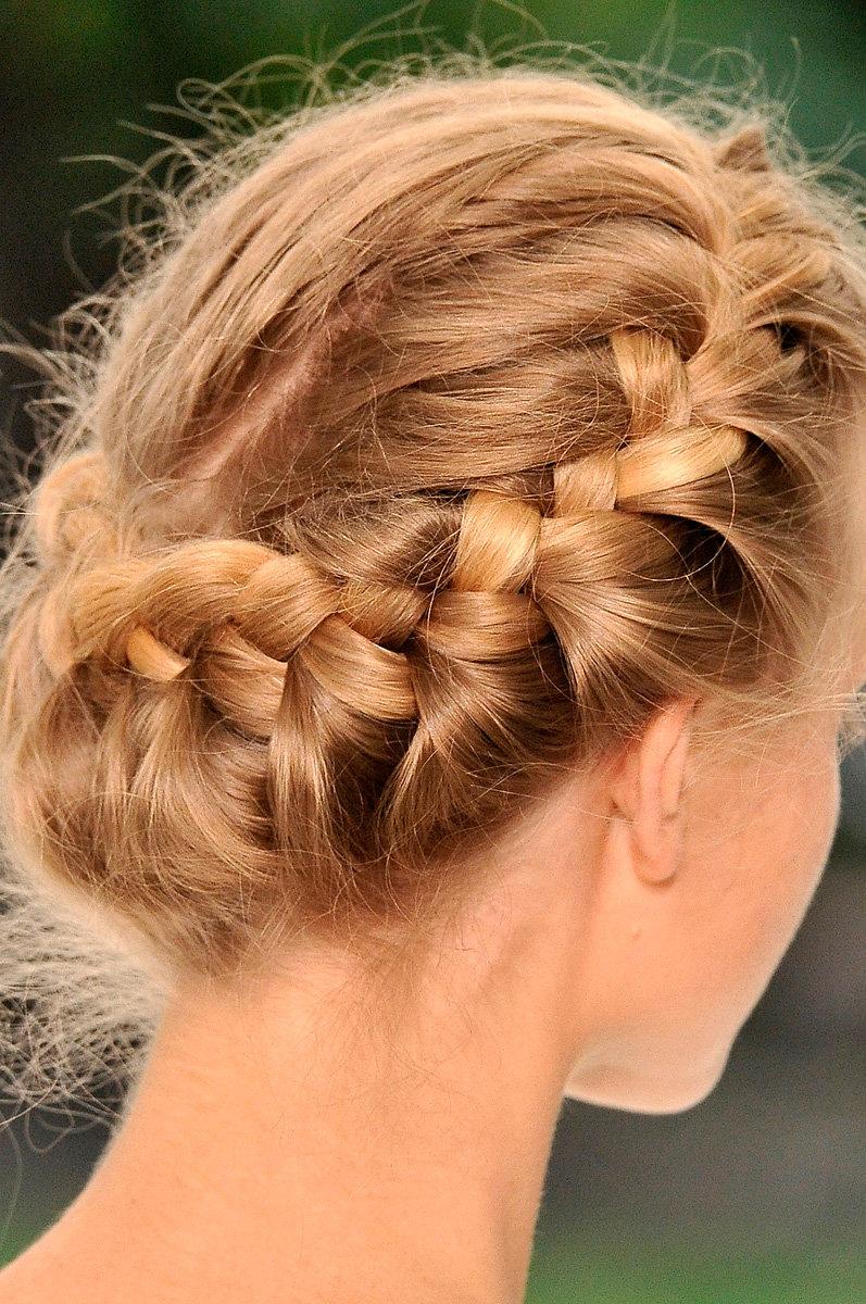 Причёска с косой вокруг головы фото