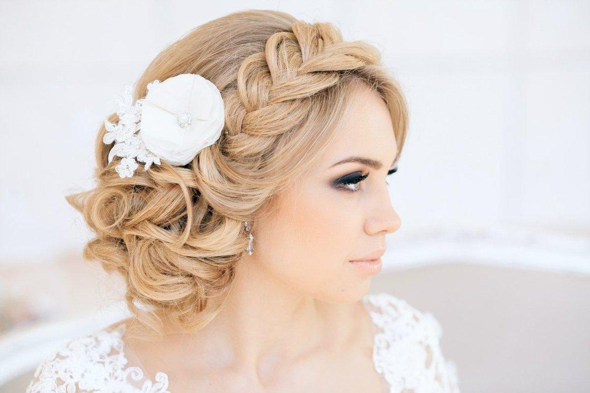 Прически на свадьбу из косичек