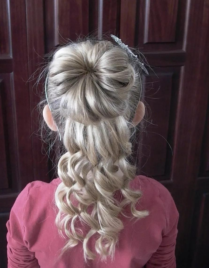 Детская прическа на длинные волосы с локонами