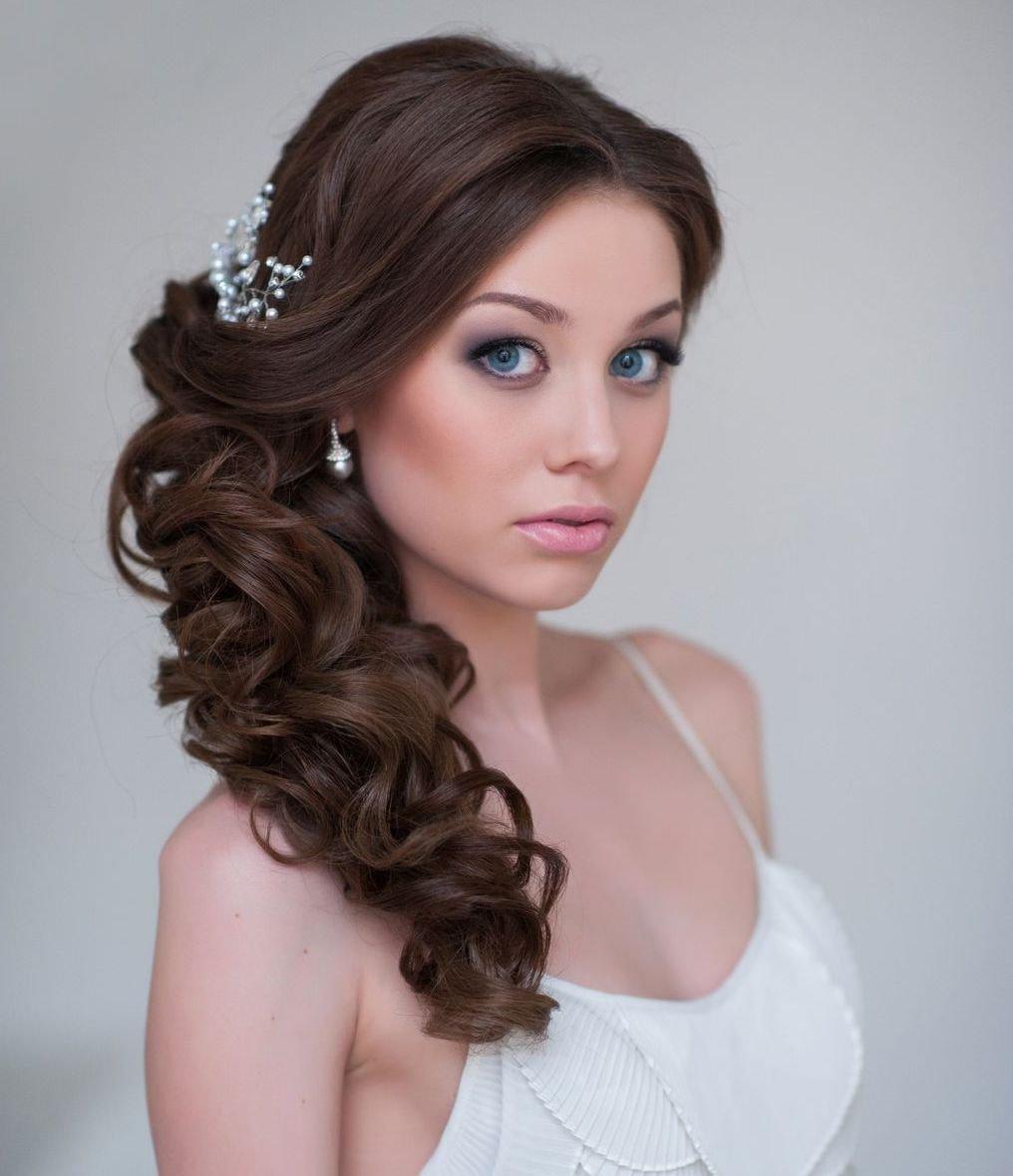 Причёска с кудрями на длинные волосы на бок фото