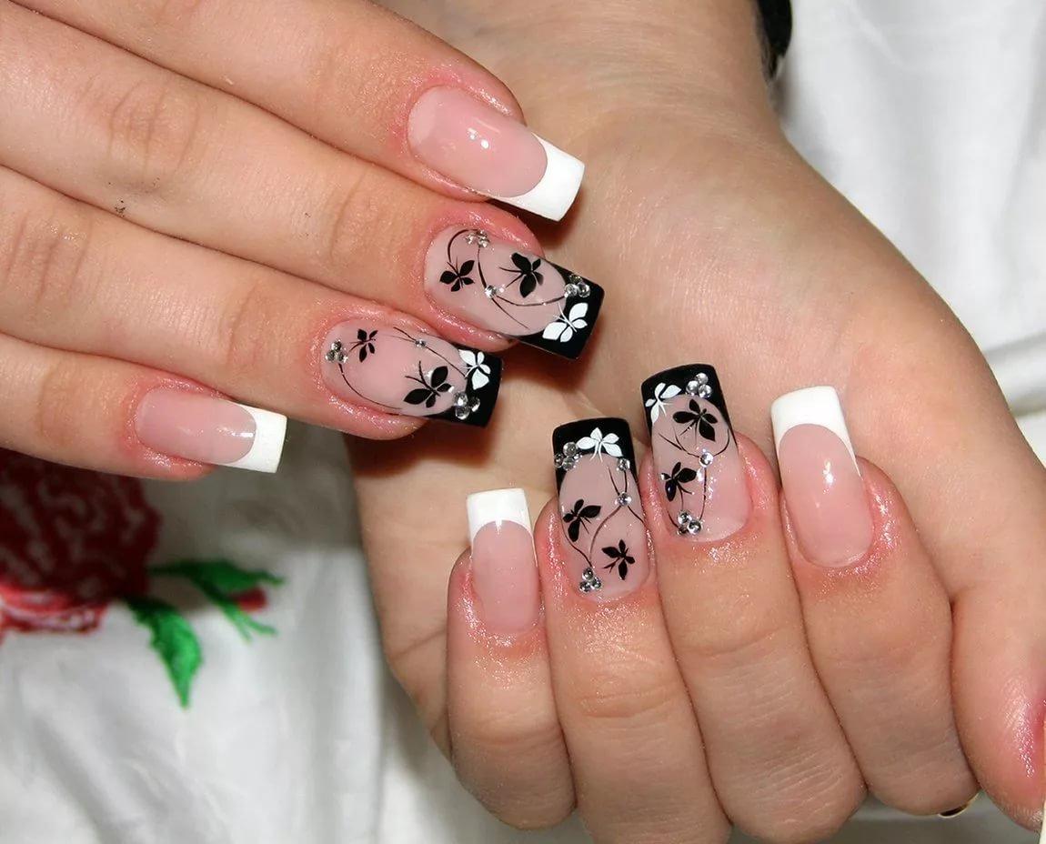 Фото ногтей с белым френчем и чёрным рисунком