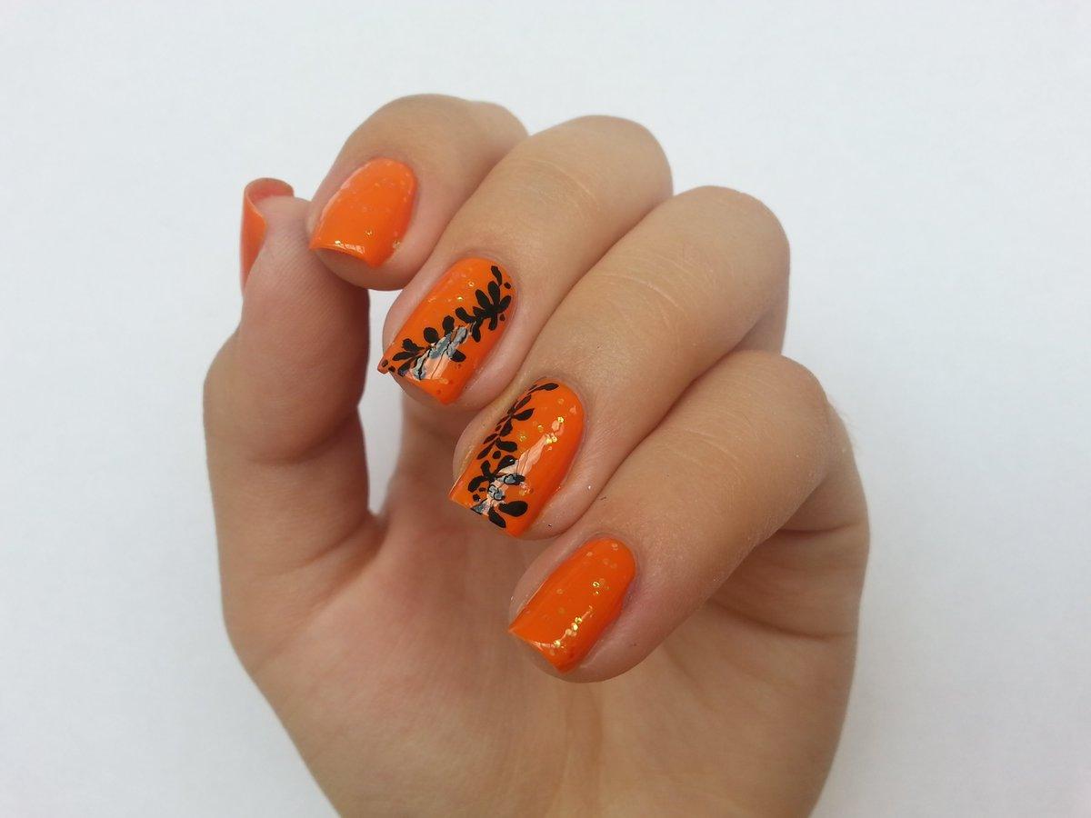 Рисунок на оранжевых ногтях