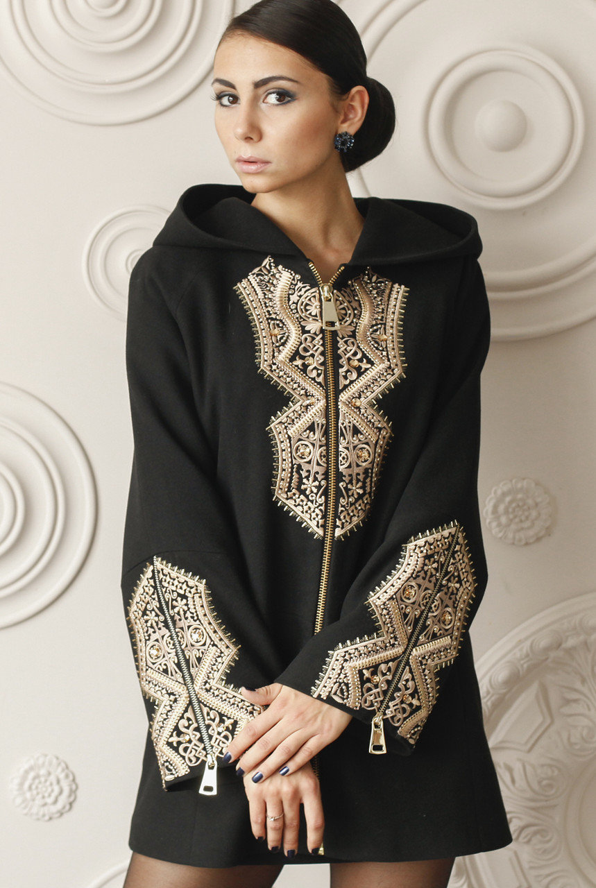Пальто с вышивкой и кружевами