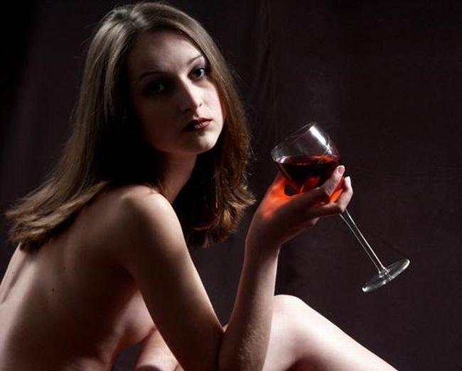 Выпившая девушка показывает себя обнаженной и сладкой  110945