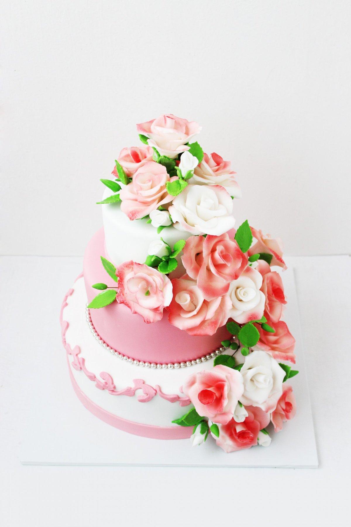 Красивый торт с цветами из мастики фото
