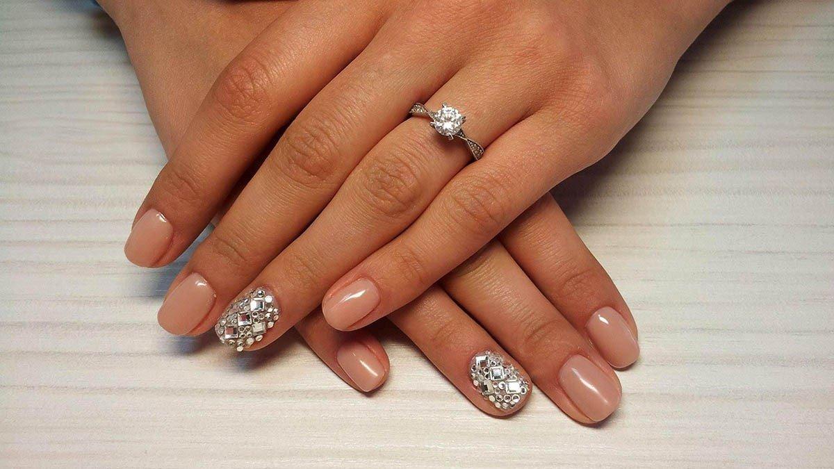Дизайн ногтей на короткие ногти со стразами фото
