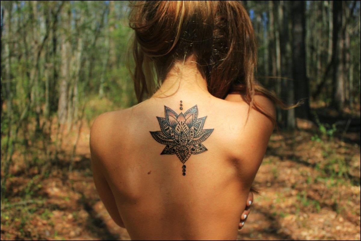 Фото со спины женские татуировка