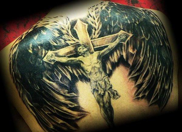 Тату под крылом ангела под защитой бога надпись