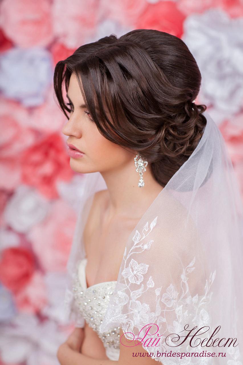Свадебная прическа на длинные волосы собранные сзади с фатой