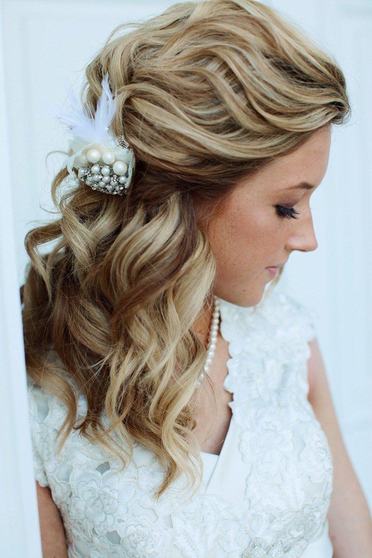 Свадебные прически с локонами и украшением