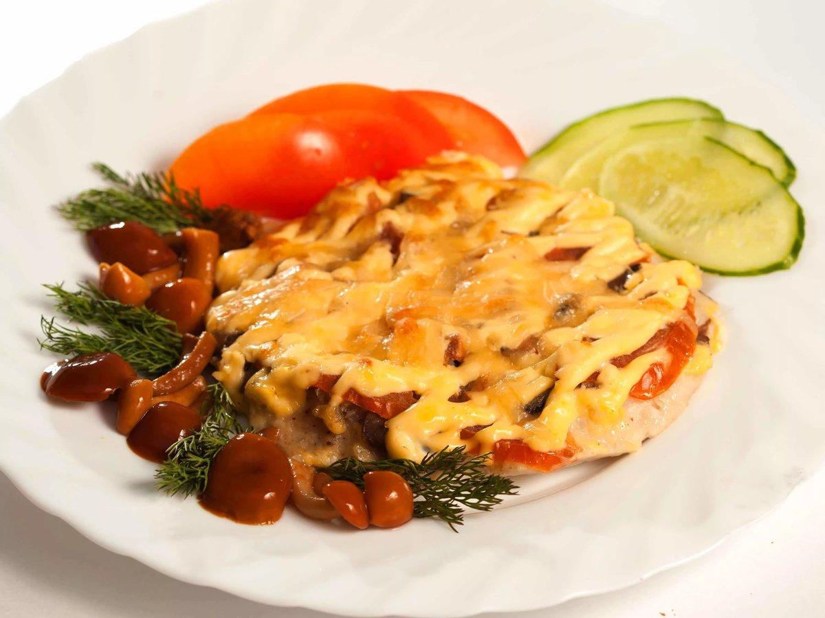 Куриное филе с грибами с сыром и помидорами в духовке рецепт