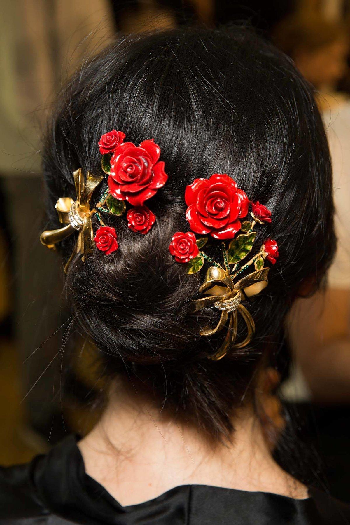 Как украсить прическу розами