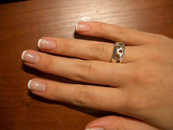 Красивый французский маникюр на коротких ногтях